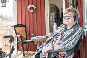 Viola Dahlström kopplar av på verandan efter intervjun.