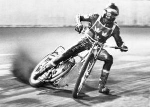 Singöbon Anders Michanek vann VM-titeln i speedway på Ullevi 1974. Här i en grym stilstudie från finalen.Foto: Olle Lindeborg/TT-bild