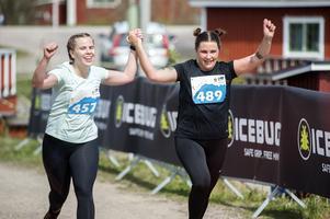 Charlotta Olofsson och Evelyn Nyström på upploppet.