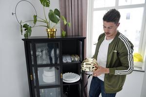 Sebastian Erixon har en fin plats i vardagsrummet för guldhjälmen som han fick när han blev svensk mästare med Växjö.