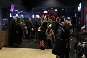 Drygt 300 personer vällde ut från salongen efter föreställningen - och responsen på filmen var, vad NA:s reporter kunde höra, enbart positiv.