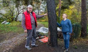 """Husbilen och tallarna står på uppfarten intill huset. """"Vi förstod när vi såg branden att husbilen inte skulle gå att rädda. Jag är inte sugen på att köpa någon mer husbil, jag är 81 år"""", säger Bror."""