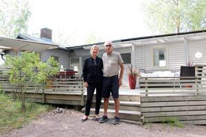 Lena och Matz bor i stugan hela somrarna. Barnbarnen älskar att vara där och bada men också att det är nära till Furuviksparken.