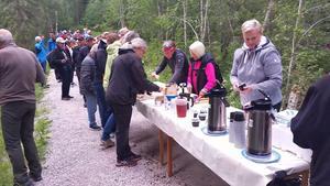 I samband med fikaserveringen passade deltagarna i invigningen på att mingla och att diskutera smått och stort. Foto: Olle Spångmyr