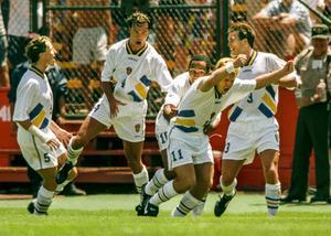 Tomas Brolin (4:a fr. v.) jublar och gratuleras av lagkamraterna efter att ha gjort ledningsmålet mot Rumänien, en match som Sverige sedan vann efter straffläggning.Foto: Jack Mikrut