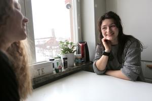 Stephanie med kompisen My Pers i studentlägenheten i Falun, diskuterar Stephanies chanser inför fredagen. My kommer försöka få alla på skolan att rösta.