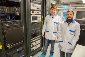 Ricardo Zanone och Rafael de Mello Villatore vid en av testriggarna som de jobbat med på Saab i Arboga.