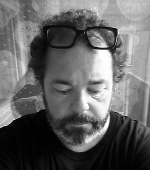 Johan Jönsons dikt går inte att läsa bortkopplad från hans person, menar vår kritiker. Bild: Privat