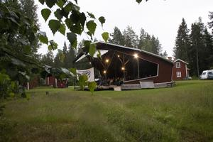 Arenan är omgiven av skog, David-Reino Svensson och Katarina Svensson driver stället.