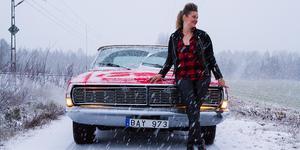 Erica Andersson trotsade snöfallet som kom i november och tog ut sin Ford LTD Cab från 1968 och klev i klackarna.
