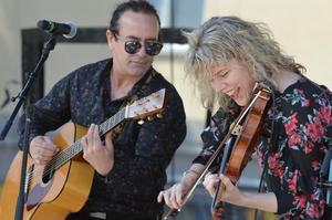 John Mitchell och Sofie Jonsson spelar akustisk folkmusik i Hedemora på lördag.