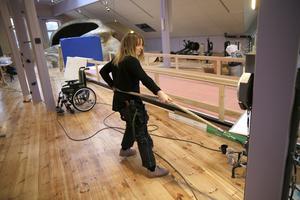 I bakgrunden syns löparbanan där besökarna kan testa sin snabbhet, en rullstol från rullstolsbanan, och roddmaskinerna.