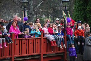 I våras var det fullt med barn och vuxna på träbron vid Udden - nu är den avstängd av säkerhetsskäl.