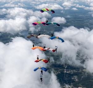 Tio hoppare bildar en  så kallad Diamond Överst coachen Pasi Pirttikoski som styr hela formation. I andra raden uppifrån till vänster flyger Anna Andersson, Skutskärstjejen. Foto Viktor Engberg