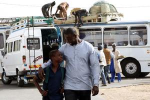Skådespelaren Seydou Tall (Omar Sy) åker till Senegal för en bokmässa och träffar Yao (Lionel Louis Basse), ett ungt fan. Pressbild. Foto: Njuta films