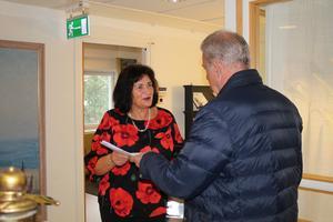 Leif Rydh lämnar över namnunderskrifterna till kommundirektör Ulla-Marie Hellenberg.