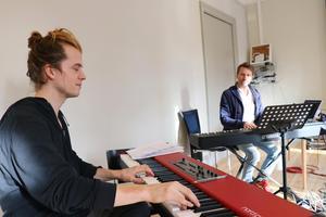 Medan Hans Appeqvist har ganska mycket erfarenhet av att jobba med teatermusik så är det tämligen nytt för Alexander Zethson. Båda producerar även filmmusik och skriver eget. – Det är väldigt skönt att jobba med teatermusik jämfört med att producera eget. Här får man arbetstider och kollegor, säger Appelqvist.