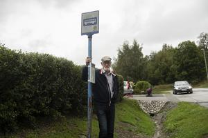 Kommunens omdragning av busslinjenätet i centralorten har blivit en stridsfråga för Skärpebon Anders Nilsson. Insändarskribenten