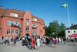 Många hade samlats utanför skolgården för att ta del av skolans öppet hus.