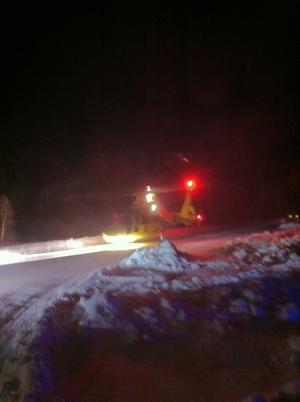 Flera ambulanser och ambulanshelikopter kallades till platsen.