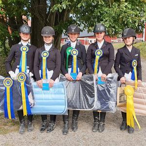 Bollnäs Ridsällskap. Från vänster: Clara Jonsson, Lyra Blom, Elsa Nordström, Linnea Svenskas och Elin Smålänning.  Foto: Anna Persson
