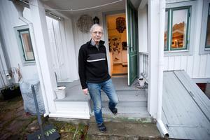 Det är första gången som Jan Tiberg  öppnar sitt hem för någon som saknar bostad. I barndomshemmet hände det då och då att hans föräldrar lät någon bostadslös flytta in.