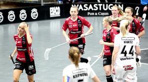 Clara Hellgren, i mitten, firar sitt 2–0-mål mot Pixbo.