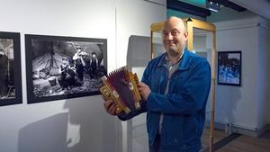 Ett dragspel från början av 1900-talet som museichef Roy Cassé håller i.
