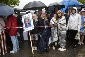 Olivia Edlund (till vänster) väntade på storebror Niklas. Helena, Jolina och Annie Eriksson väntade på Josephine i kylan.