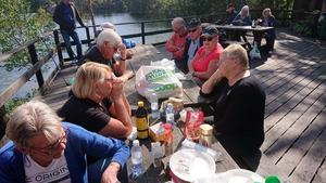 Grillningen vid Klubbsjön gynnades av vackert väder och gemytlig samvaro i den vackra naturen. Foto: Uno Gradin
