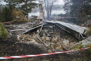 Någon gång under natten ska fritidshuset i Humlegårdsstrand ha börjat brinna. Branden upptäcktes först under morgonen, men då var huset redan nedbrunnet.