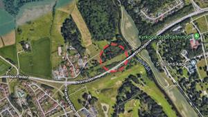 Här, strax norr om Norrleden, väster om bron över Svartån, hittades en skjutklar Kalasjnikov AK 47.Karta: Google Maps