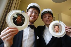 Dag Weibel och Lukas Markström visar upp sina