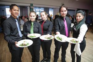 Tio elever vid restaurangskolan i Folkets hus hade fixat middagen som började med toast Skagen. Från vänster Mark Gleendon Stenberg, Josefin Ragnarsson, Tilda Pettersson, Simon Rubensson och Lina Jafari.