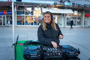 Julie Fjordefors, DJ–Julia, spelade glad och peppig musik från klockan fyra till klockan sex.