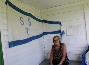 På verandan till klubbstugan finns föreningens orginalvimpel. Annika Gunnarsson har varit med och sytt en nyare upplaga som ofta hissas i flaggstången utanför.
