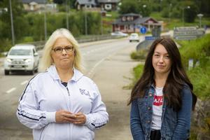 Ann-Charlotte och Katja Persson tycker att det är dags för Trafikverket att göra något åt vägen under viadukten i Bergvik. Den svämmar över varje år.