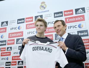 Martin Ödegaard tillsammans med Real Madrids sportdirektör Emilio Butragueno när de då 16-åriga fotbollstalangen skrev på för storklubben.