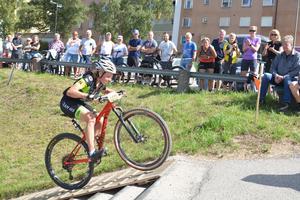 Maria Karlberg kämpar sig upp för den tuffa trappklättringen vid ABB i Ludvika