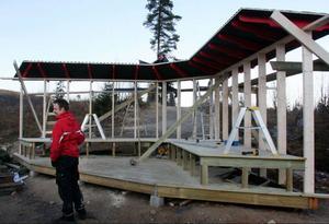 Det här vindskyddet byggs i anslutning till den nya barnbacken.
