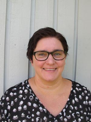 Lotta Lundh jobbar som utredare på en statlig myndighet men drömmer om att skriva på heltid. Hon bor i Sunne.