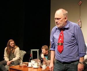 Roger (Mats Wenlöf) tar ett kliv fram i diskussionen som pågår.
