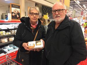 Ingela och Ole Karlsson handlade semlor för att äta dem på traditionellt sätt – med mjölk.