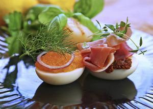 Ägghalvor med lyxiga påsktillbehör är både vackra att duka fram och goda att äta.