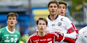 Dåvarande lagkaptenen Magnus Wikström i ett derby mot Degerfors. Arkivbild: Lennart Lundkvist.