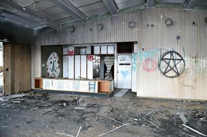 Byggnaden  är fullständigt vandaliserad både invändigt och utvändigt.