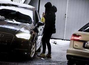 En del av chaufförerna vill att man åker med i bilen för att man ska få köpa - andra bara langar ut spriten ut genom fönstret. Bilden är ett arrangemang.