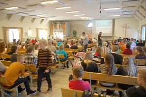 Så här kan det se ut under en sammankomst i samlingslokalen. Deltagarna är många och det ungdomliga inslaget påtagligt.
