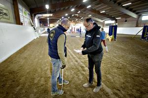 Mats Samuelsson tar examen i att bygga bana i helgen - för elit tävlingsbygge. Här med Leif Hall som övervakar hela banbygget.