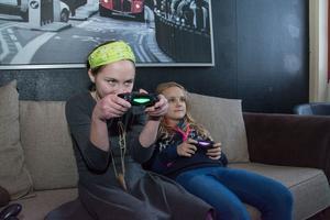 De två bästa kompisarna Ida och Maja brukar oftast spela Wii eller rundpingis på klubben.
